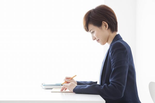 書類を記入する女性