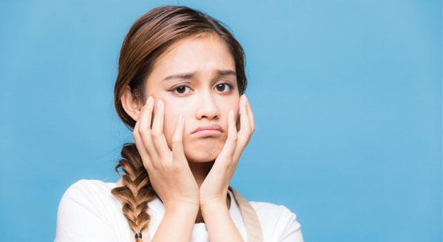 悲しい顔をした女性